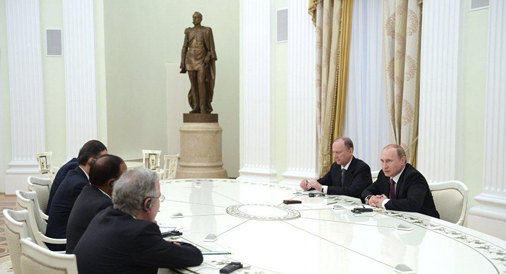 Vladimir Putin durante encontro com representantes dos BRICS responsáveis pela segurança, em 26 de maio de 2015.