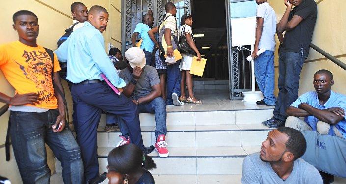 Haitianos fazem fila na embaixada brasileira em Porto Príncipe na esperança de obter um visto para o Brasil