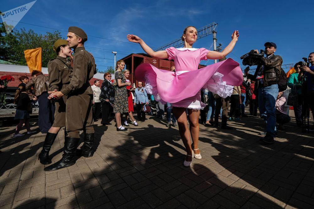 Participantes da ação Trem da Vitória durante os festejos de 9 de maio em Moscou