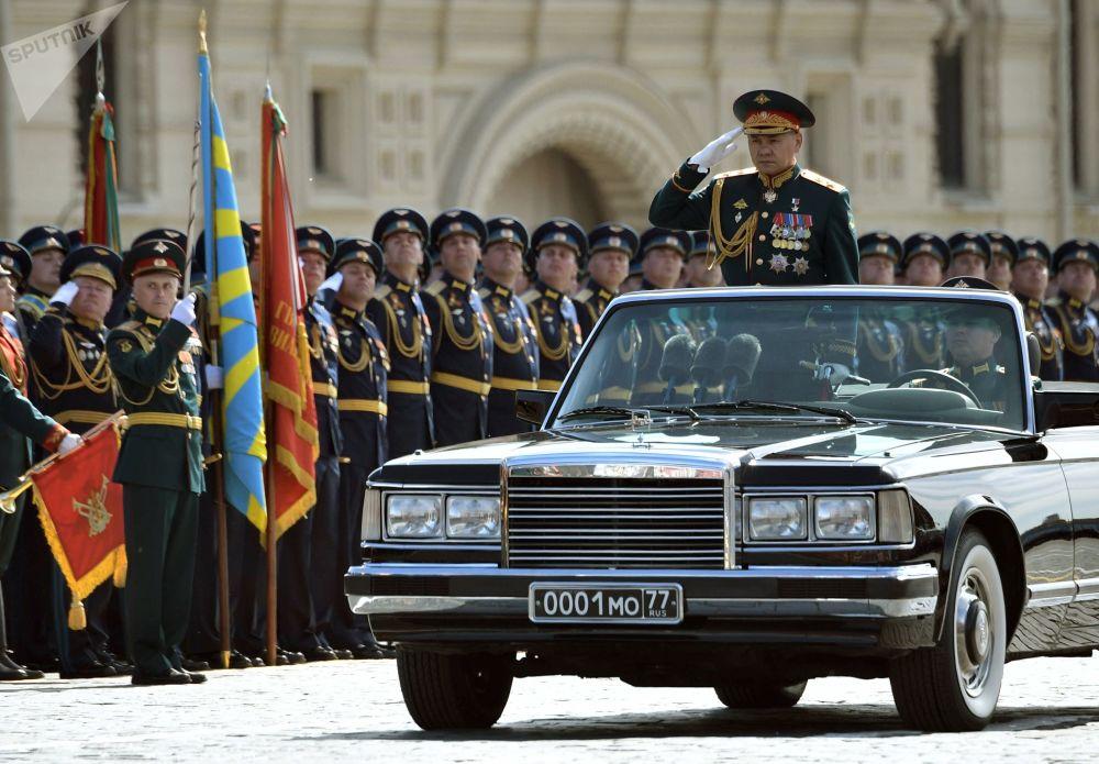 Ministro da Defesa em exercício, Sergei Shoigu, passa revista aos batalhões durante a Parada da Vitória na Praça Vermelha, em 9 de maio de 2018