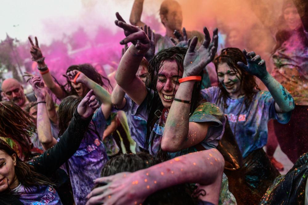 Pessoas dançam durante o festival de cores em Istambul, em 6 de maio de 2018