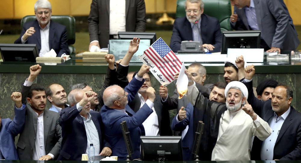 Parlamentares iranianos queimam papeis com a bandeira norte-americana e a cópia do acordo nuclear após a decisão de Trump de sair do acordo, em 9 de maio