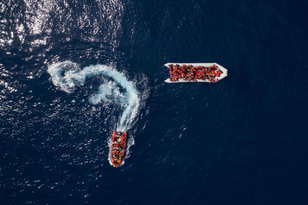 Refugiados e migrantes salvos pela organização não governamental espanhola ProActiva Open Arms nas águas perto da Líbia