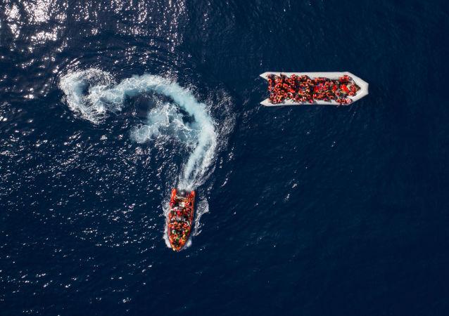 Refugiados e migrantes salvos pela organização não governamental espanhola ProActiva Open Arms nas águas perto da Líbia (arquivo)