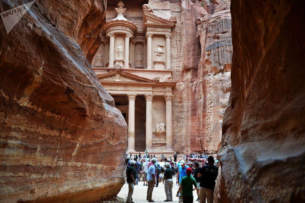 Turistas observam Al-Khazneh, um dos templos na antiga cidade de Petra, na Jordânia