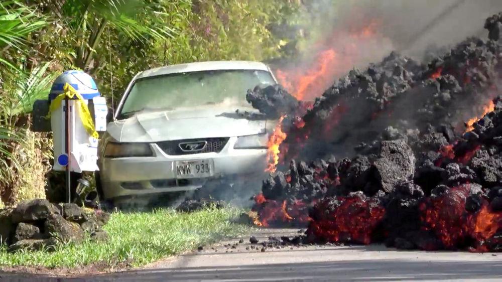 Lava engole um carro Ford Mustang no Havaí, em 6 de maio de 2018