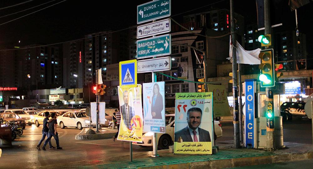 Cartazes da corrida eleitoral para as eleições parlamentares no Iraque são vistos na cidade de Ebril.