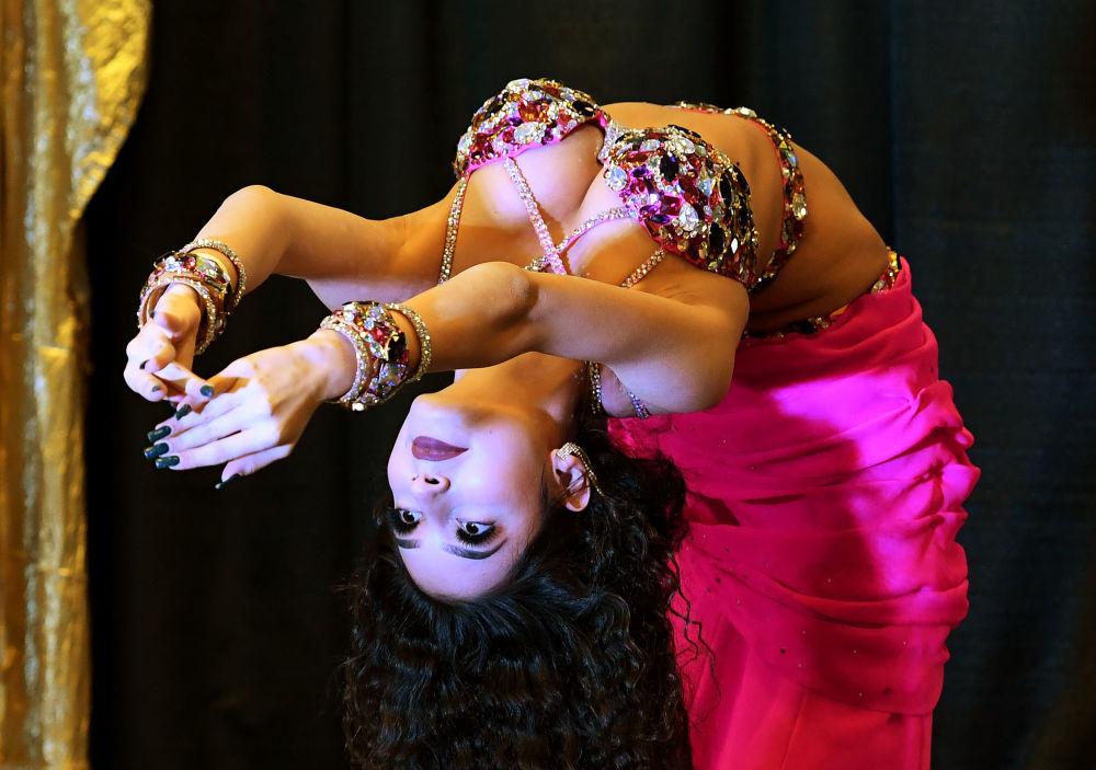 Kristina Mnoyan, dançarina do ventre russa, em uma competição na Califórnia, EUA