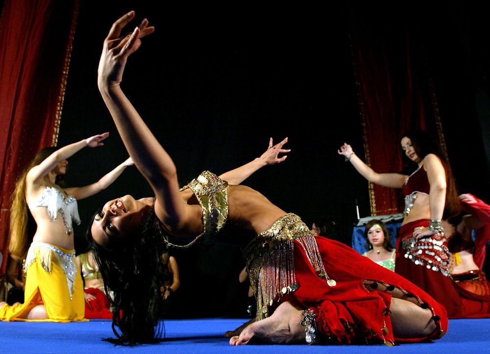 Dançarinas do ventre atuando durante uma competição internacional em Belgrado, na Sérvia