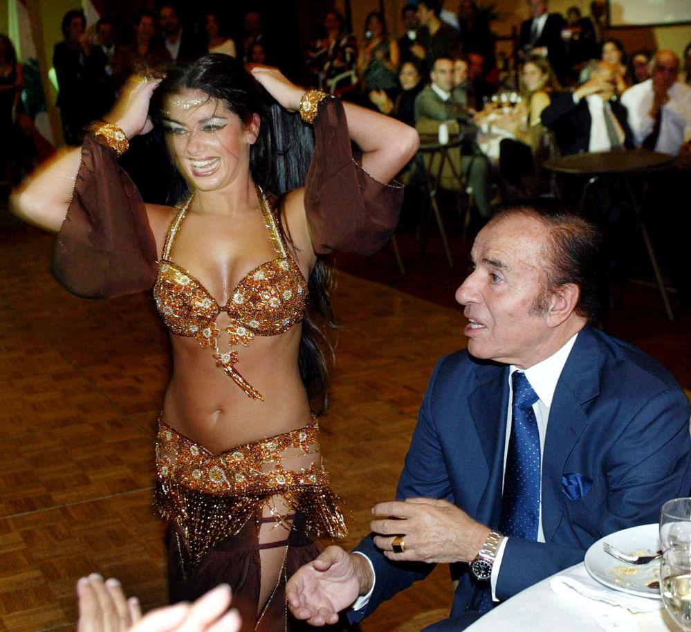 Ex-presidente argentino, Carlos Menem, junto com uma dançarina do ventre, em Santiago