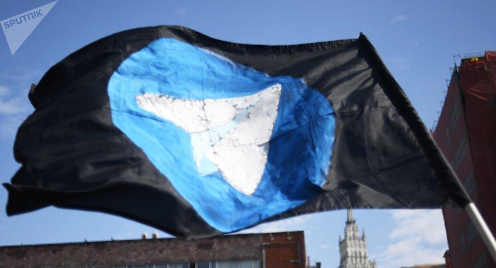 Bandeira com logo do Telegram durante um protesto contra seu bloqueamento em Moscou, em 30 de abril