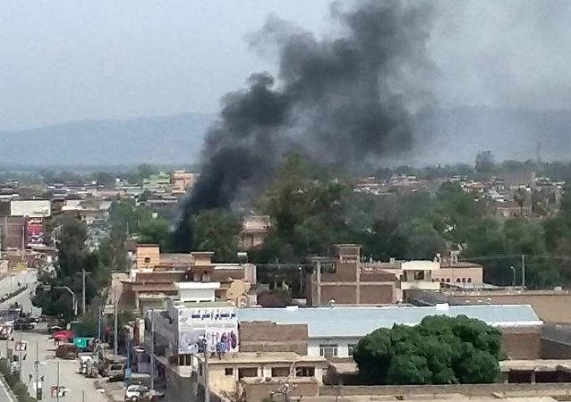 Explosão provocada na entrada de prédio público de Jalalabad, no Afeganistão, neste domingo, 13 de maio