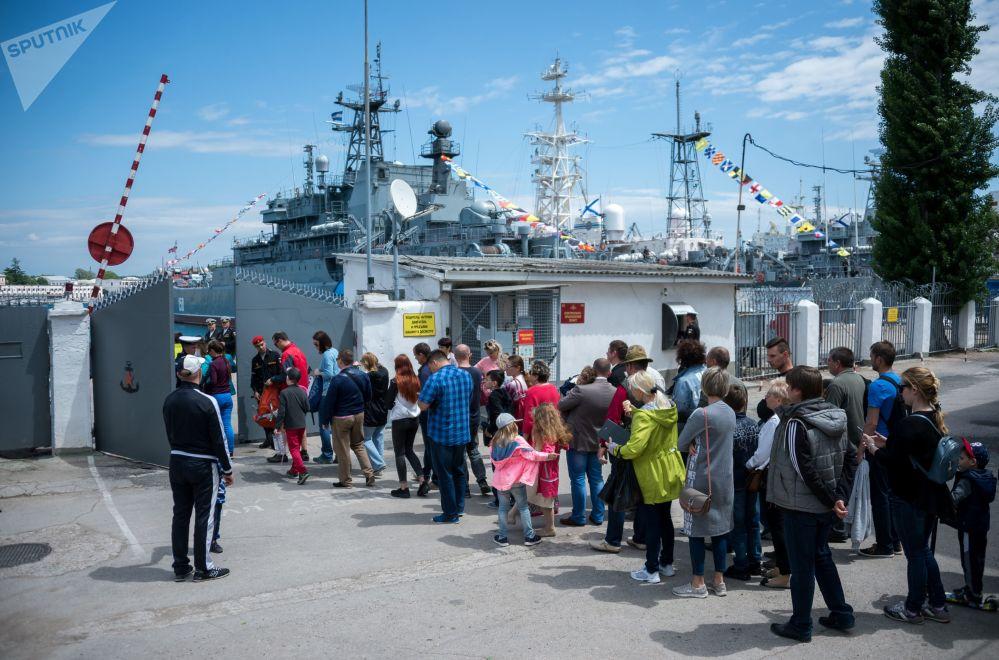 Mostra de navios de guerra durante a comemoração da fundação da Frota.