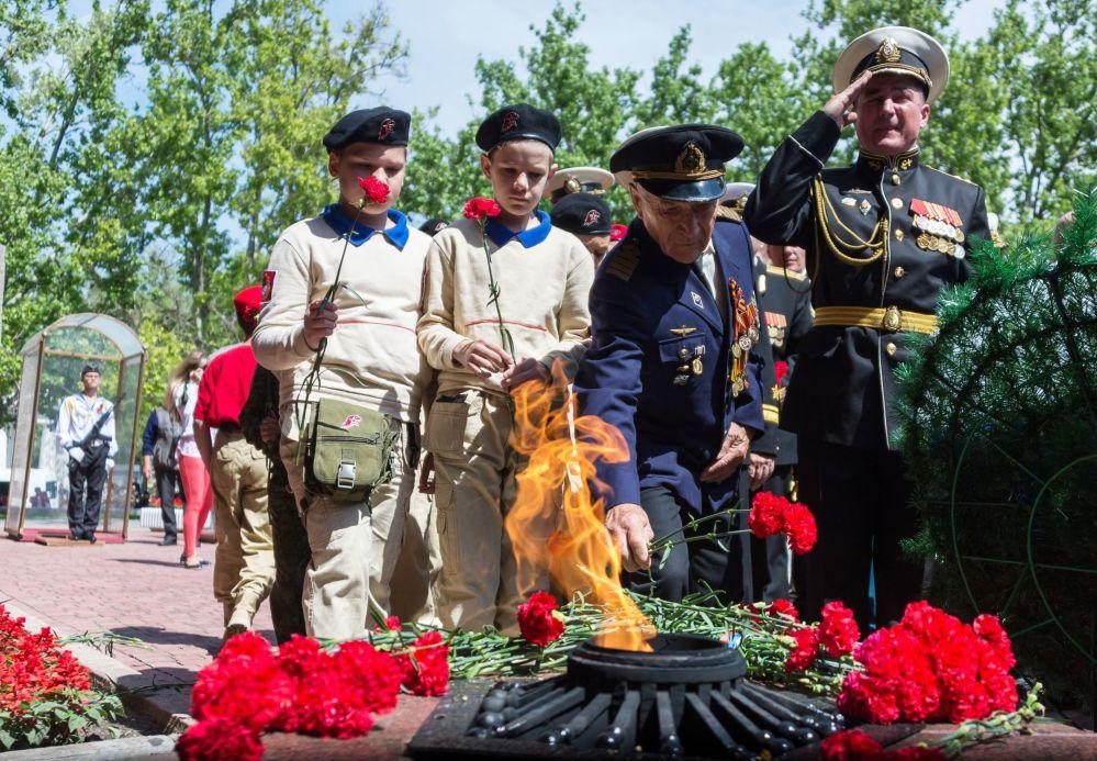 Deposição de flores no Muro Memorial em honra da defesa heroica de Sevastopol em 1941-1942