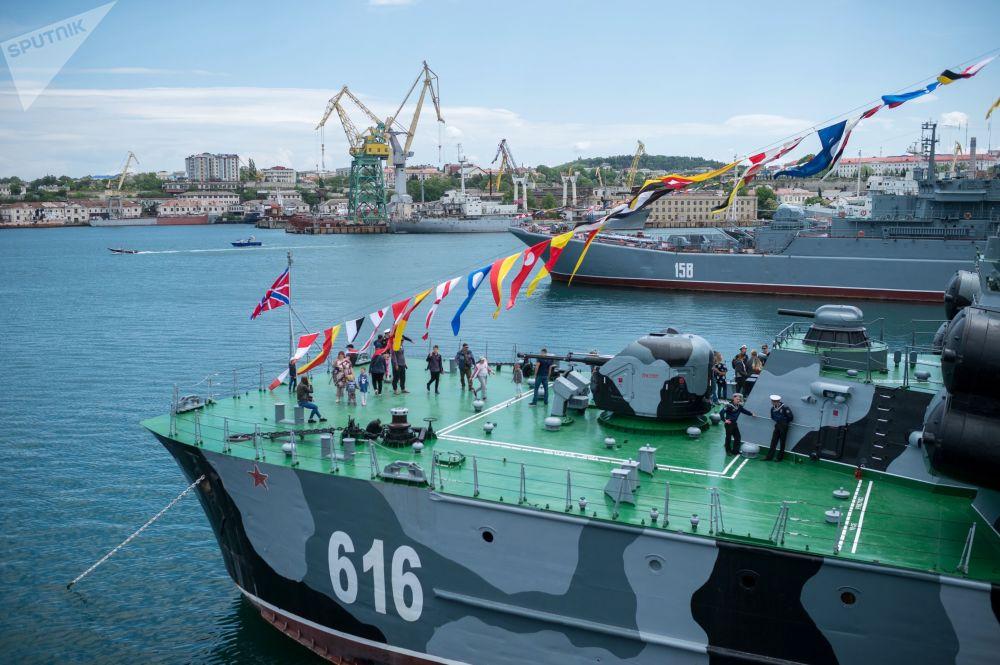 Exibição de navios militares dedicada ao 235º aniversário da fundação da Frota do Mar Negro. O número total de navios durante toda a história da Frota foi de 2.881