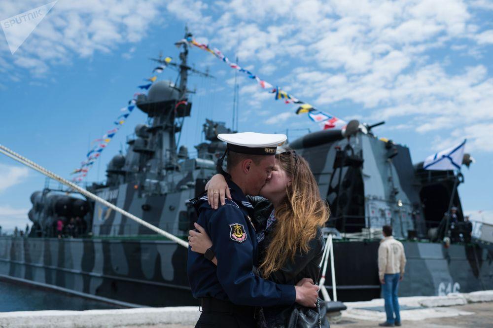 Um marinheiro com sua namorada durante a comemoração em Sevastopol