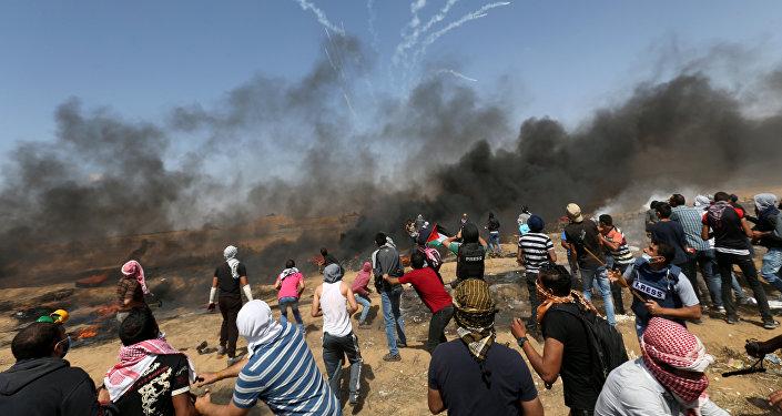 Bombas são lançadas por tropas israelenses contra palestinos na Faixa de Gaza