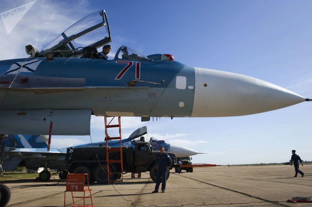Militares preparam caça Su-33 para voos de treinamento da aviação da Frota do Norte russa na Crimeia