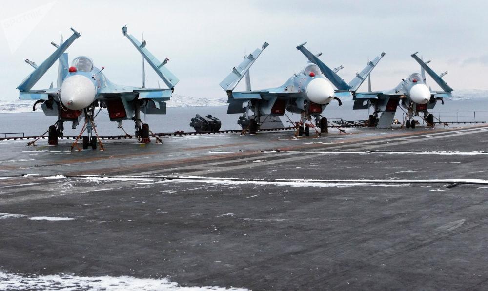 Caças multifuncionais Su-33 no convés do porta-aviões russo Admiral Kuznetsov