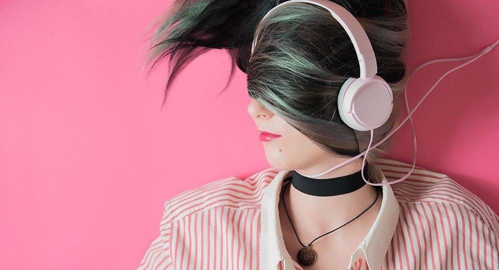 Jovem ouvindo música (imagem ilustrativa)