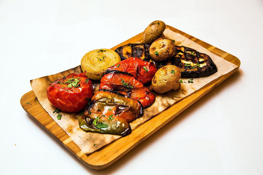 Legumes grelhados do restaurante Khmeli Suneli em Samara