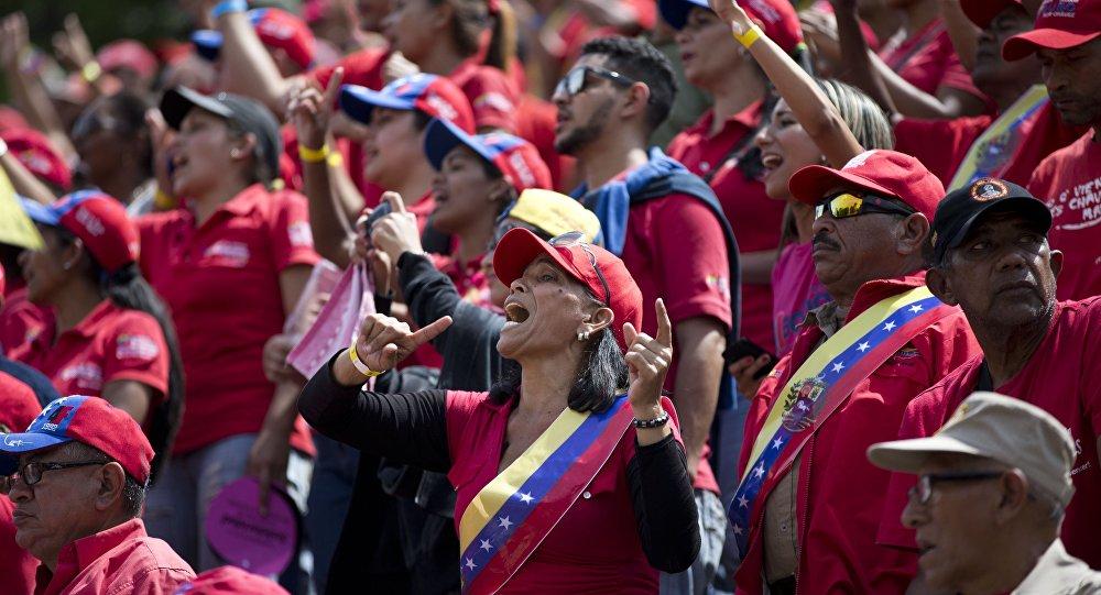 Trabalhadores pró-governo cantando no Dia dos Trabalhadores, Caracas, Venezuela