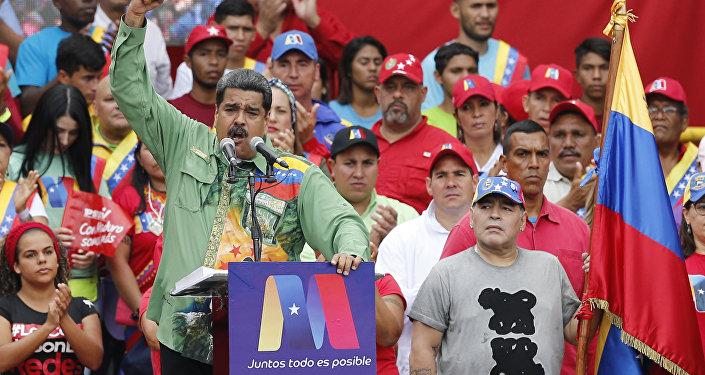 Nicolás Maduro discursando ao lado de Diego Armando Maradona.