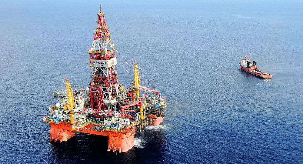 A plataforma petrolífera Haiyang Shiyou 981, a primeira sonda de perfuração em águas profundas desenvolvida na China, a 320 quilômetros (200 milhas) a sudeste de Hong Kong, no Mar do Sul da China.