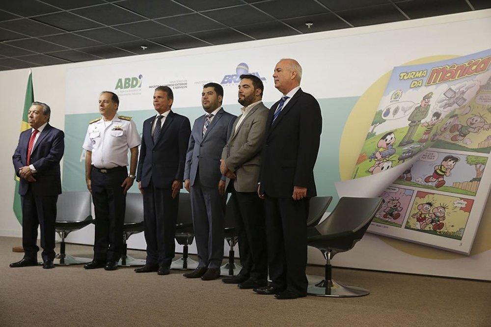 O Ministro da Defesa, Joaquim Silva e Luna, o cartunista Mauricio de Souza e outras autoridades das Forças Armadas, durante o lançamento do almanaque A Turma da Mônica e a Indústria de Defesa.