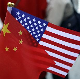 Bandeiras chinesa e americana.