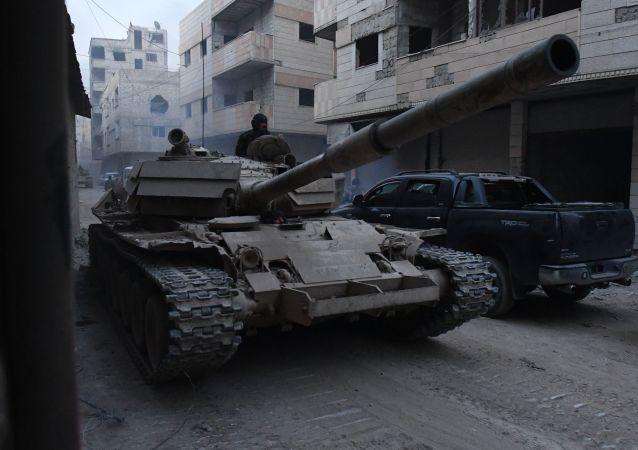 Tanque das Forças Armadas sírias na área do antigo campo de refugiados palestinos em Yarmouk, no subúrbio a sul de Damasco (Imagem referencial)