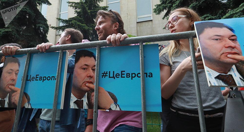 Pessoas protestando perto da embaixada ucraniana em Moscou contra a detenção do editor-chefe da agência de notícias RIA Novosti Ucrânia, Kirill Vyshinsky.