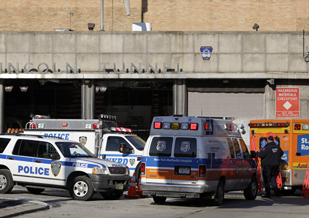Equipes de emergência em Nova York trabalham na porta do Lincoln Tunnel