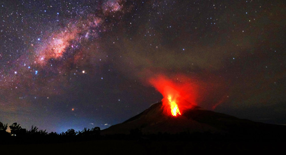 Uma explosão do vulcão Sinabung em Sumatra Setentrional, na Indonésia