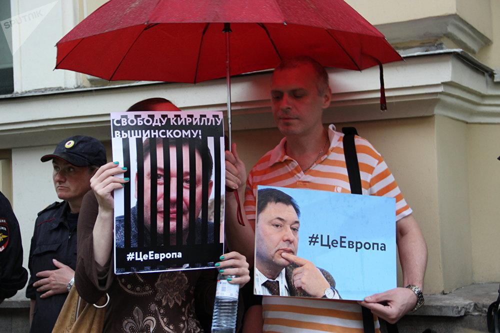 Participantes do protesto contra a detenção de Kirill Vyshinsky perto da embaixada ucraniana em Moscou, em 18 de maio de 2018