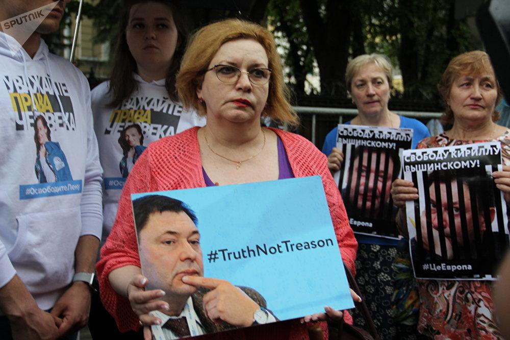 Galina Zaporozhtseva, participante do protesto contra a detenção de Kirill Vyshinsky perto da embaixada ucraniana em Moscou, em 18 de maio de 2018