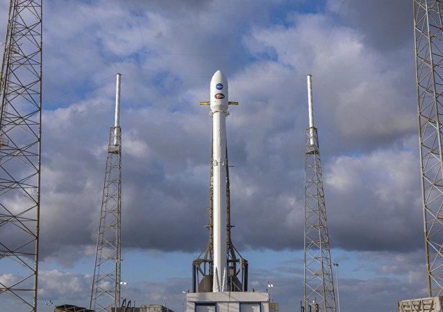 Satélite TESS da NASA com foguete portador da Space X, Falcon 9, sendo lançados da Flórida, em 16 de abril de 2018
