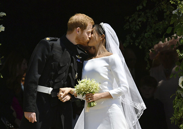 Príncipe Harry beijando a sua esposa Meghan Markle