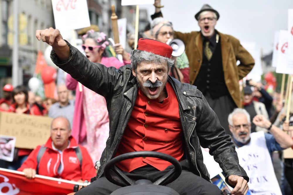 Homem protesta em manifestação de sindicatos belgas pelo aumento das aposentadorias, em Bruxelas