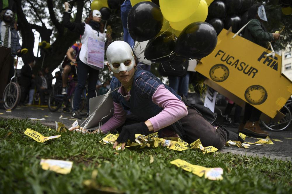 Participante dos protestos contra o aumento de tarifas dos serviços públicos e contra as negociações entre o governo e o Fundo Monetário Internacional, em Buenos Aires, na Argentina