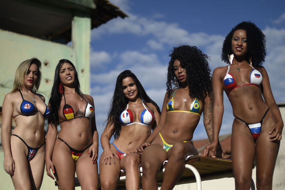 Meninas de biquíni com bandeiras de vários países-participantes da Copa do Mundo 2018 em um spa de Belo Horizonte