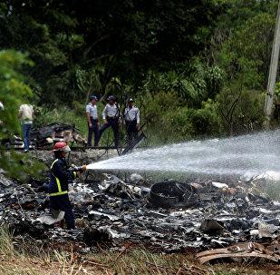 Bombeiros trabalham para apagar as chamas provocadas pela queda de um Boeing 737 na área rural de Boyeros, a 20 km de Havana