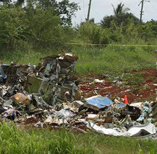 Equipes de resgate trabalham em meio aos restos do Boeing 737 qua caiu na área rural de Boyeros, a cerca de 20km de Havana.
