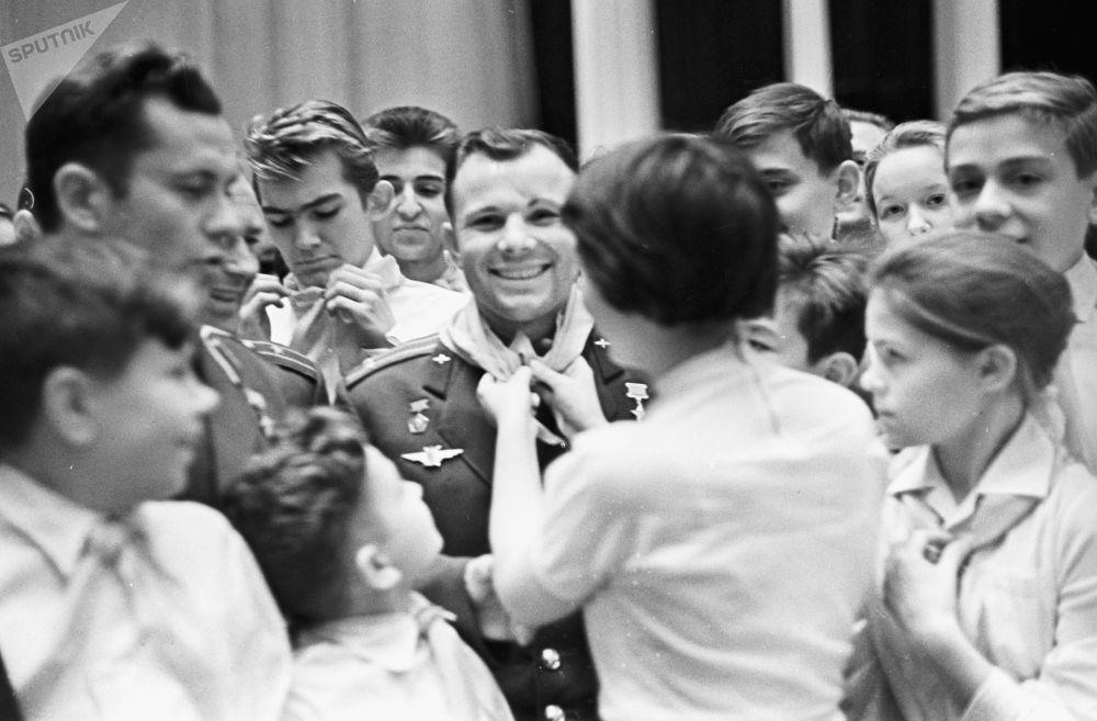 Cosmonauta Yuri Gagarin, primeiro homem no espaço, confraterniza com pioneiros, em 1962