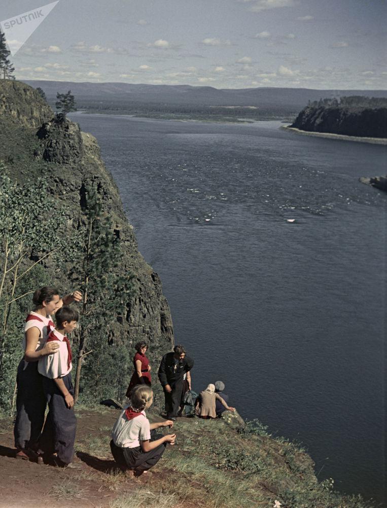 Pioneiros se deslumbram com a vista do lago Baikal, em 1958