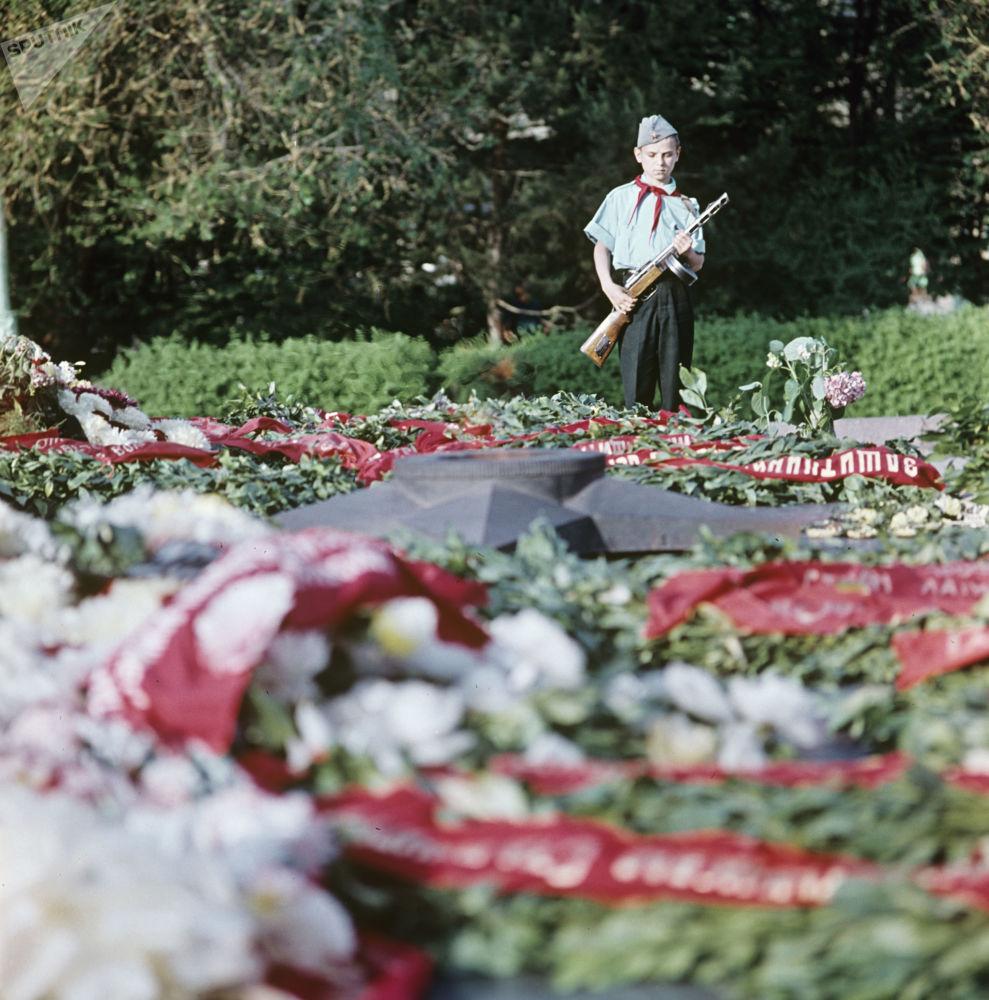 Pioneiros efetuam guarda de honra junto do Fogo Eterno em Volgogrado, em 1967