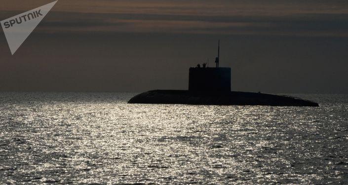 Submarino do projeto 36 Varshavyanka durante treinamento de operações de busca e resgate da Frota do Pacífico