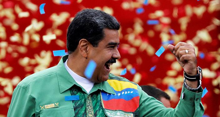 Presidente da Venezuela, Nicolás Maduro, saudando seus apoiadores no fim da campanha eleitoral em Caracas, 17 de maio de 2018