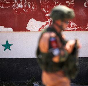 Soldado russo caminhando com a bandeira síria em fundo, Homs, Síria