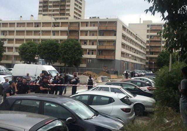 Em Marseille, na França, forças de segurança mantêm perímetro após ataque com armas de fogo por homens mascarados.